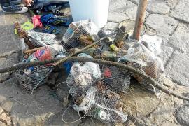 Más de 200 kilos de residuos extraídos del fondo del puerto de Sant Antoni