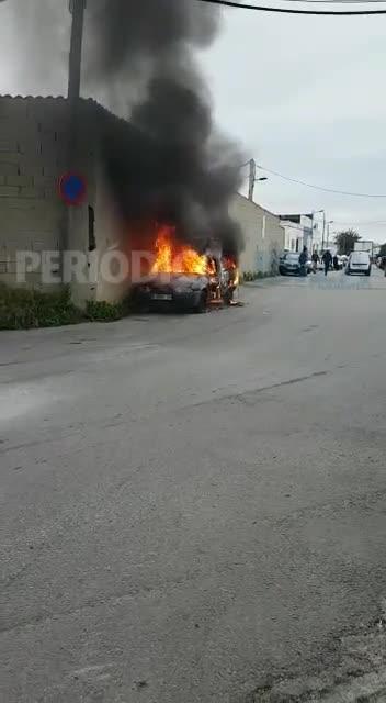 Un incendio arrasa un vehículo en el polígono de Can Bufí