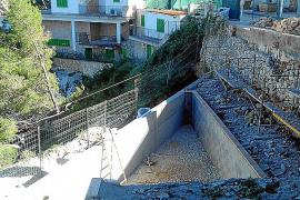 La piscina construida sobre las rocas en Cala Figuera