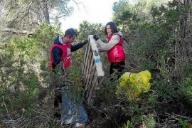 Retiran 4.000 kilos de basura en la X Limpieza de sa Talaia de Sant Antoni