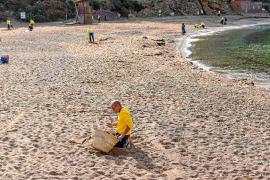 Más de 70 voluntarios participan en una acción de limpieza de la playa de Benirràs