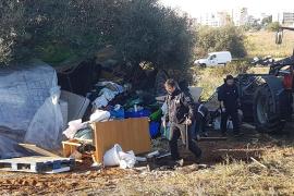 La Policía Local de Ibiza desmantela un asentamiento ilegal en el barrio de Cas Serres