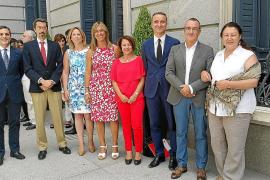 Los diputados por Baleares posan ante el Congreso.
