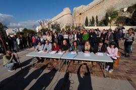 Un centenar de personas se concentra en apoyo al docente que se disfraza para impartir castellano
