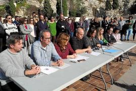 Concentración en defensa del profesor de lengua española que se disfraza de payaso