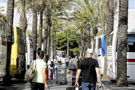 El transporte turístico rechaza la subida salarial del 15 % que piden los sindicatos