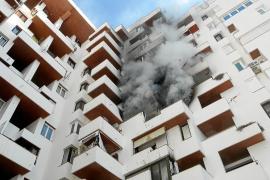 Un aparatoso incendio calcina un quinto piso del edificio Tanit de Sant Antoni