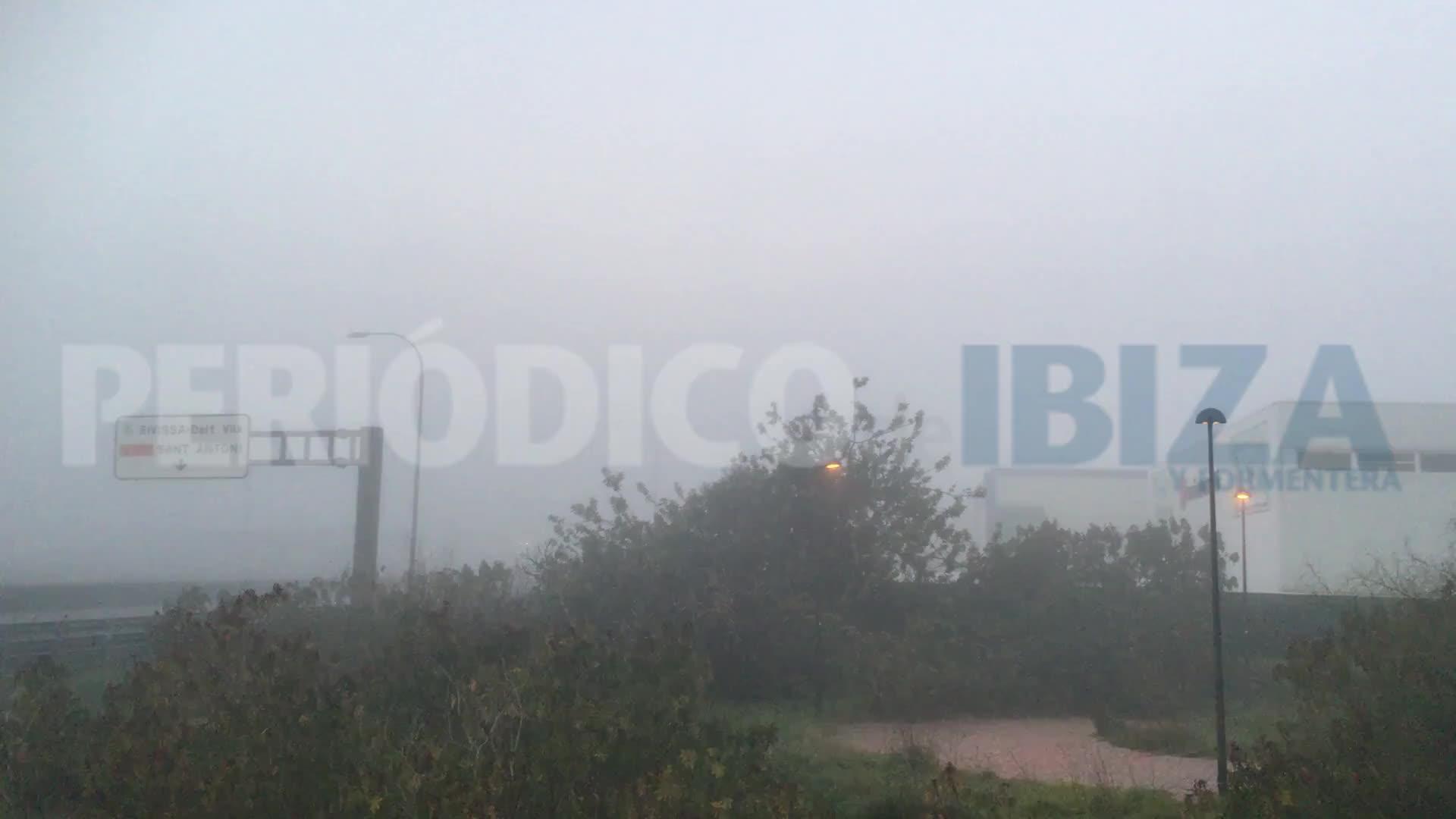 Ibiza amanece cubierta de niebla