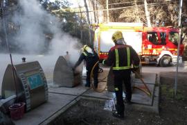 Los bomberos de Formentera apagan el fuego de un contenedor soterrado