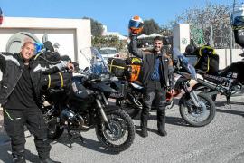 Viaje solidario de tres moteros ibicencos para llevar 580 pares de zapatos al Sáhara