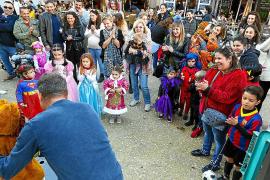 Casi 25 niños participan en un concurso de disfraces en la Plaza del Parque