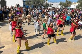 El carnaval convierte Formentera en una oda a la naturaleza con dosis de crítica y mucha diversión