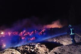 Bomberos extinguen un incendio en una empresa de compostaje de Santa Eulària