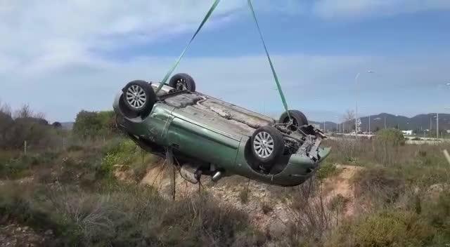 Un coche acaba en el fondo de una zanja tras una caída de seis metros en Sant Josep