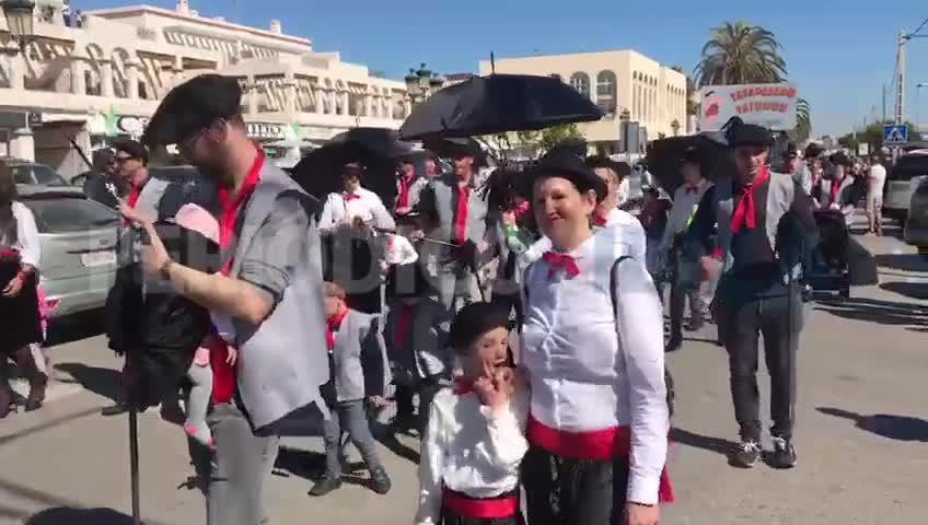 Más de 700 personas participan en una 'Increíble' y soleada rúa de Sant Josep