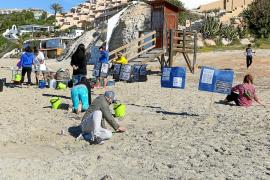 Una sola jornada de limpieza no consigue eliminar los microplásticos de Cala Tarida