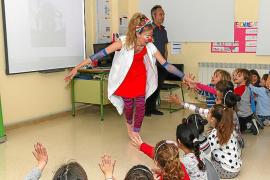 Los payasos de 'Sonrisa Médica' muestran su labor a los niños del CEIP Balansat