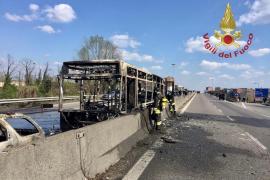 Un pirómano incendia sin consecuencias un autobús escolar en Italia