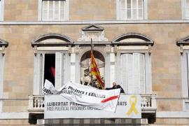 La Generalitat cubre el lazo amarillo de su fachada y mantiene una pancarta por los presos