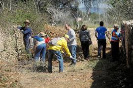 Vecinos y voluntarios lavan la cara al Camí des Pedrisset