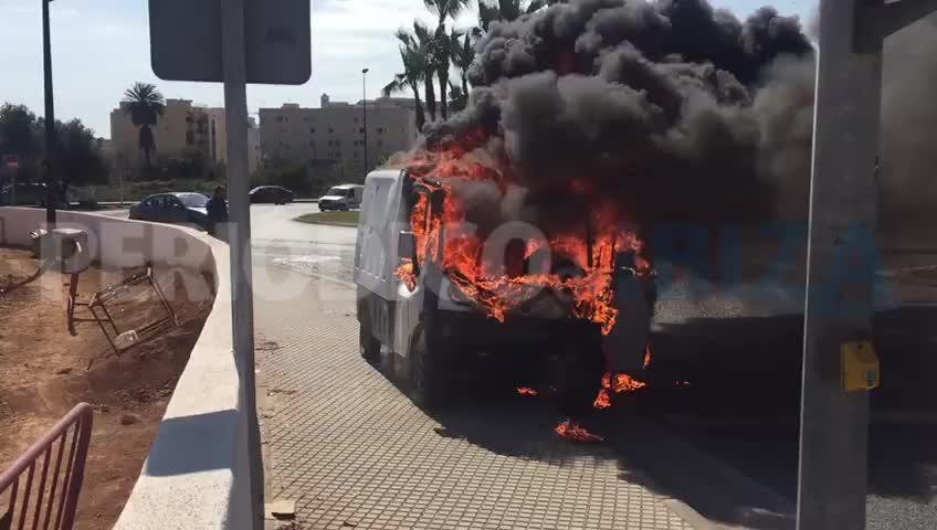 Las llamas devoran en cuestión de minutos una camioneta y obligan a cortar un acceso a Vila