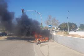 El incendio de un vehículo en Ibiza, en imágenes (Fotos: J.M.P. / P.S.P.).