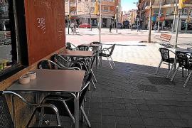 Imagen de una terraza con las mesas pegadas a la fachada