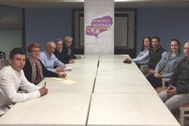 Joan Torres recoge las reivindicaciones de los funcionarios del Ayuntamiento de Sant Antoni