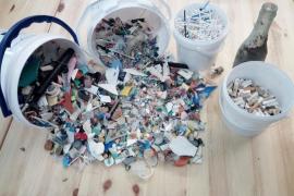 Cala Saladeta, un poco más limpia gracias al trabajo de 35 voluntarios