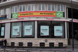 Una gran bandera de España en la nueva sede de Vox en Ibiza