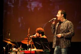 Los estudiantes ibicencos disfrutan con la historia del rock de Cris Juanico