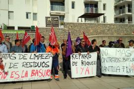 La protesta de los operarios de limpieza de Sant Antoni, Vila y Ca na Putxa, en imágenes (Fotos: Arguiñe Escandón).