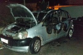 Los bomberos sofocan el incendio en un coche aparcado en Ibiza