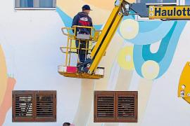 Los artistas urbanos Boa Mistura llenan Las Dalias de color en su 65 aniversario