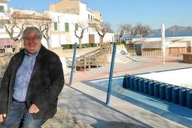 El alcalde junto a la piscina de Mar y Paz