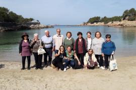 Los mayores de Sant Antoni limpian de plásticos Cala Gració