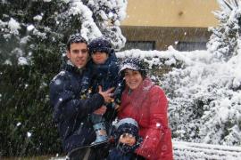 Una familia, disfrutando de la nieve.