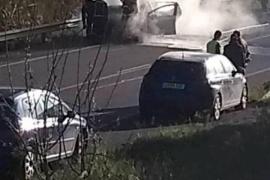 Las llamas devoran completamente un coche que circulaba por Sant Rafel