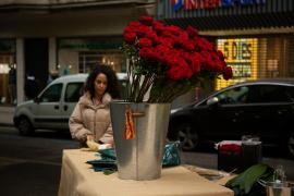 Investigan un fraude a unos 300 vendedores de rosas de Sant Jordi