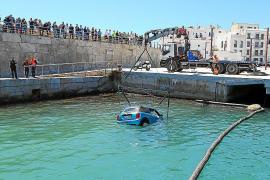 Heridas leves tras precipitarse al agua con un coche en el puerto de Ibiza