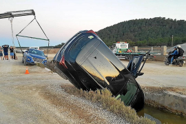 Dos vehículos de alquiler caen en una acequia de ses Salines
