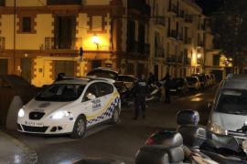 Un grupo de personas retienen a un hombre que estaba agrediendo a su pareja en plena calle de Vila