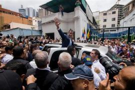 Guaidó anuncia junto a un liberado Leopoldo López la «fase final» contra la «usurpación» de Maduro
