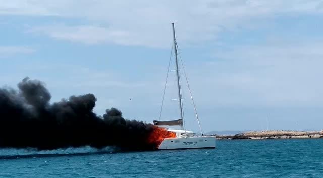 Las llamas devoran un catamarán en aguas de Formentera