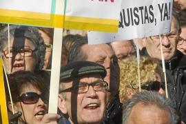 Miles de personas protestan ante el Supremo por el «atropello» a Garzón