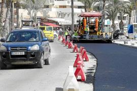 Retenciones en la avenida de Santa Eulària por las obras de asfaltado