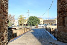 Vista de un paso sobre las murallas de Alcúdia