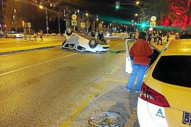 El conductor de un vehículo resulta ileso tras volcar en la avenida Vuit d'Agost