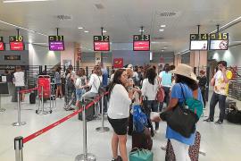 Un comandante indispuesto deja en tierra a más de 200 pasajeros en el aeropuerto de Ibiza