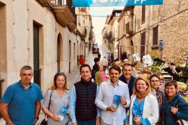 El candidato del PP al Consell de Mallorca, Llorenç Galmés, junto a otros miembros de su candidatura